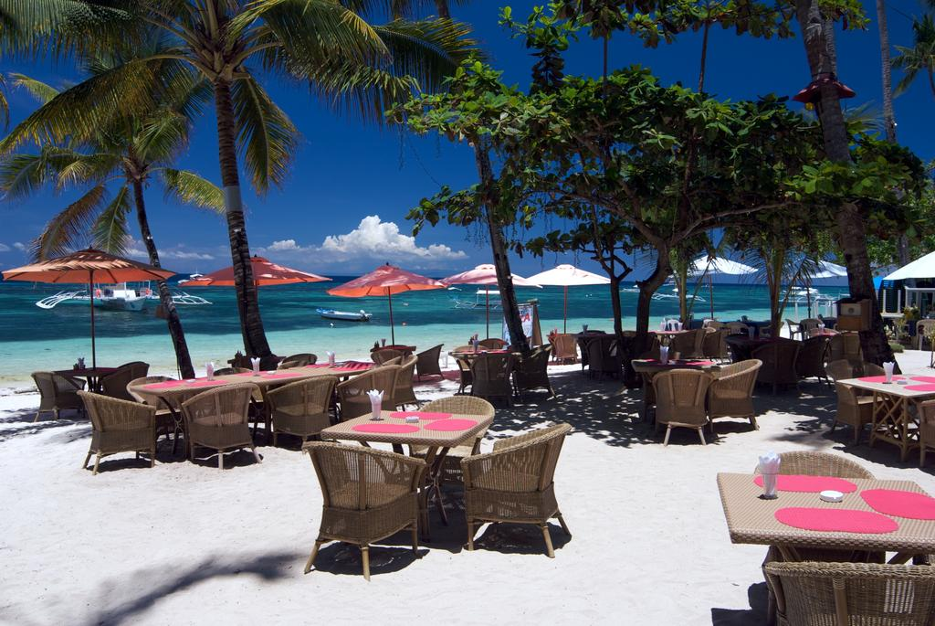 Enjoy Meals And Drinks At The Beach